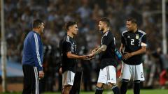 Indosport - Striker Juventus, Paulo Dybala (kedua dari kiri) dan striker Inter Milan, Mauro Icardi (kedua dari kanan) saat bermain untuk timnas Argentina.