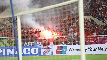 Api suar terlihat dari tribun penonton Vietnam vs Malaysia, Jumat (16/11/18). - INDOSPORT