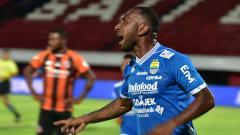 Indosport - Patrich Wanggai malakukan selebrasi usai cetak gol