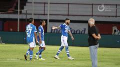 Indosport - Pemain Persib Bandung protes ke wasit dalam laga melawan Perseru Serui di Liga 1 2018, Jumat (23/11/18).