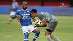 Indosport - Patrich Wanggai berusaha mengganggu kiper lawan saat laga Persib Bandung vs Perseru Serui di Liga 1, Jumat (23/11/18).