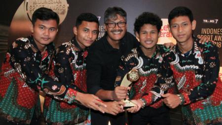 Bagus Kahfi dan penggawa Timnas Indonesia U-16 usai meraih penghargaan Indonesia Sport Award 2018. - INDOSPORT