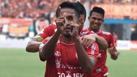 Selebrasi Ramdani Lestaluhu setelah mencetak gol kedua untuk Persija ke gawang Sriwijaya FC di laga pekan ke-32 Liga 1 2018. - INDOSPORT