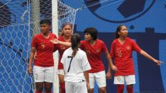 Indosport - Para pemain Timnas Wanita Indonesia saat melawan Leksemburg di Singapura, Jumat (23/11/18).