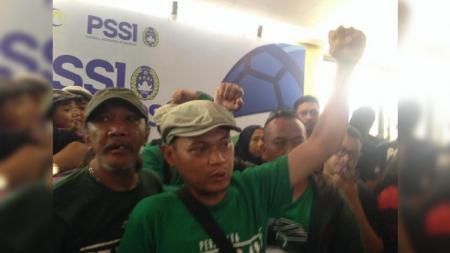 Pentolan Bonek Andie Peci kirim peringatan ke Pemerintah Kota (Pemkot) Surabaya terkait markas Persebaya di Liga 1 2020. - INDOSPORT