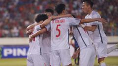 Indosport - Para pemain Vietnam berselebrasi merayakan kemenangan atas Laos.