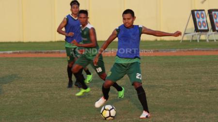 Pemain Persebaya, Fandi Eko Utomo latihan di Lapangan Jenggolo. - INDOSPORT
