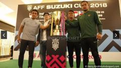 Indosport - Bima Sakti dan Andritany Ardhiyasa memegang trofi Piala AFF