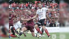 Indosport - Paulle (PSM) berusaha menghalau Ilija Spasojevic