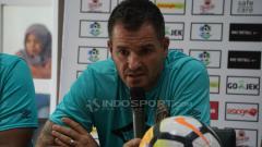 Indosport - Simon McMenemy saat konferensi pers jelang pertandingan Persebaya vs Bhayangkara FC.