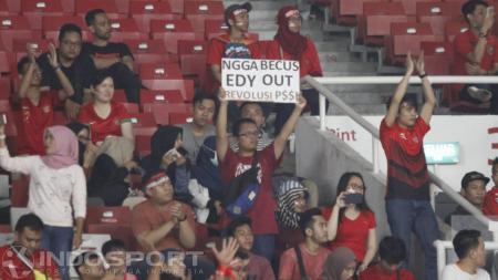 Fans Timnas Indonesia perlihatkan tagar Edy Out. - INDOSPORT