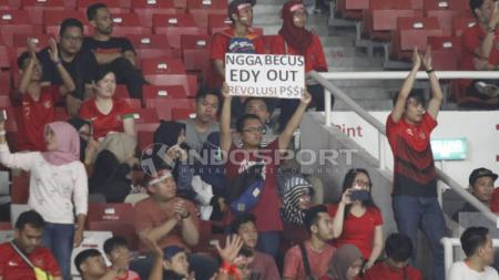 Banner #EdyOut di laga Indonesia vs Filipina. - INDOSPORT