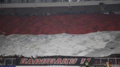 Indosport - Bendera Indonesia berhasil dikibarkan suporter di GBK.