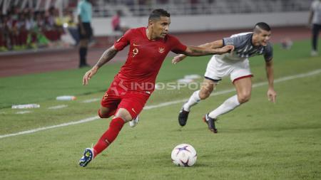 Beto Goncalves mengontrol bola dari kejaran pemain Filipina - INDOSPORT
