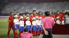 Indosport - Skuat Timnas Indonesia menyanyikan lagu Indonesia Raya
