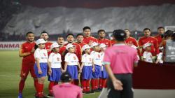 Skuat Timnas Indonesia menyanyikan lagu Indonesia Raya