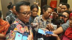 Indosport - Menpora Imam Nahrawi saat menghadiri wisuda universitas di Surabaya.