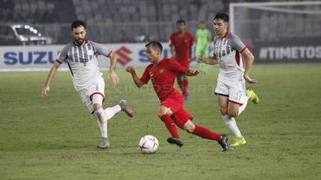 Riko Simanjuntak dikawal ketat dua pemain Filipina - INDOSPORT