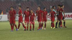 Para pemain Timnas Indonesia tertunduk lesu usai melawan Filipina.