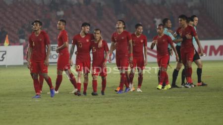 Para pemain Timnas Indonesia tertunduk lesu usai melawan Filipina. - INDOSPORT