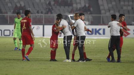 Pelatih Timnas Indonesia Bima Sakti menyalami pemainnya satu per satu usai laga melawan Filipina. - INDOSPORT