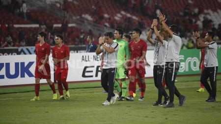 Seluruh pemain dan pelatih Timnas Indonesia tampak sedih usai gagal lolos ke semifinal Piala AFF 2018. - INDOSPORT