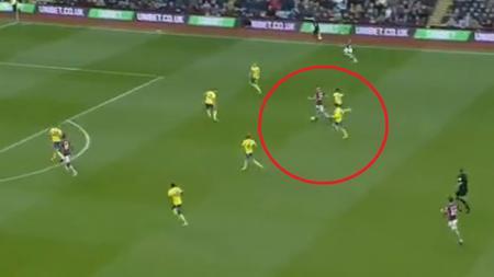 Momen gol unik di laga Aston Villa. - INDOSPORT