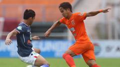 Indosport - Duel antara pemain Borneo FC vs Persela Lamongan