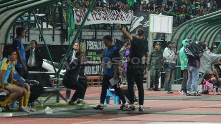 Pelatih Bhayangkara FC menunjuk arah nyanyian bernada rasis. - INDOSPORT