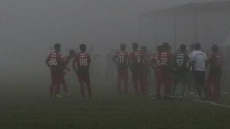 Kabut tebal yang menyelimuti Stadion Brantas saat laga Persinga vs Celebest. - INDOSPORT