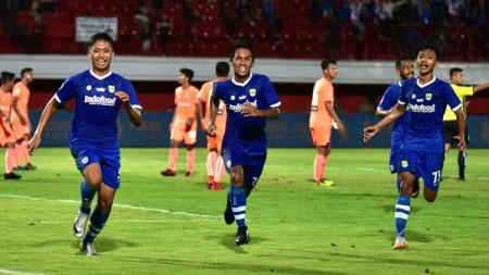 Selebrasi pemain Persib Bandung U-19 Ilham Qolba (kiri) saat membobol gawang Persija Jakarta U-19 di Liga 1 U-19 2018.jpg - INDOSPORT