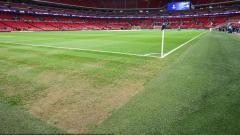 Indosport - Kondisi Stadion Wembley terlihat botak dibeberapa bagian pinggir lapangan.