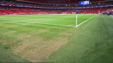 Kondisi Stadion Wembley terlihat botak di beberapa bagian pinggir lapangan. - INDOSPORT