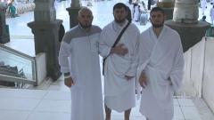Indosport - Khabib Nurmagomedov saat ibadah ke Mekah.