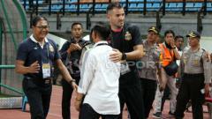 Indosport - Djajang Nurdjaman dan Simon McMenemy di laga Persebaya vs Bhayangkara FC.