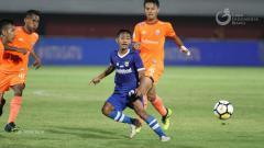 Indosport - Bintang Persib Bandung U-19 Beckham Putra Nugraha yang dikepung pemain Persija Jakarta U-19 dalam laga final Liga 1 U-19 2018, Senin (26/11/18).