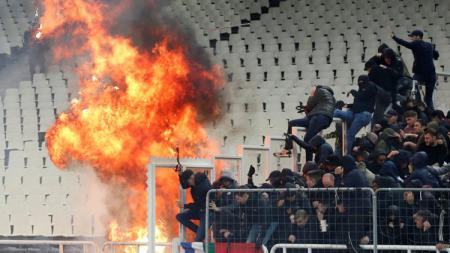 Suporter terlibat kericuhan laga AEK Athena vs Ajak di Liga Champions, Rabu (28/11/18). - INDOSPORT