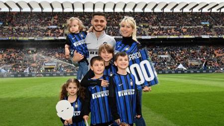 Mauro Icardi, Wanda Nara (istri) bersama keluarga kecil mereka, menggunakan seragam kebanggaan Inter Milan. - INDOSPORT