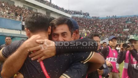 Pelatih PSS Sleman Seto Nurdiyantoro menangis haru. Ronald Seger/INDOSPORT.COM