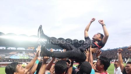 Pelatih PSS Sleman Seto Nurdiyantoro dilempar ke udara.