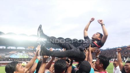 Pelatih PSS Sleman Seto Nurdiyantoro dilempar ke udara. - INDOSPORT