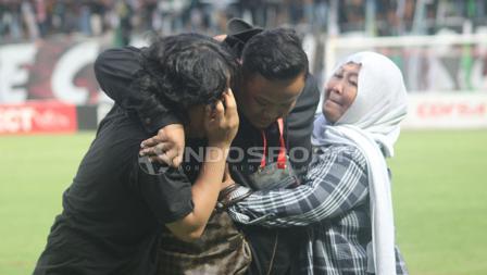 Asisten Manajer PSS Sleman, Dewanto Rahatmoyo (tengah) dipeluk. Ronald Seger/INDOSPORT.COM