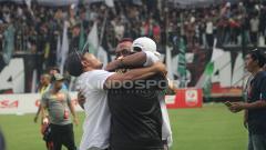 Indosport - Manajer PSS Sleman, Sismantoro berpelukan dengan official PSS Sleman.