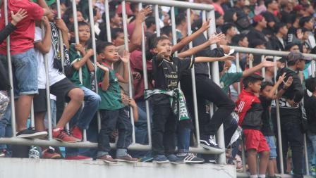 Anak-anak hingga orang tua memenuhi Stadion Maguwoharjo. Ronald Seger/INDOSPORT.COM