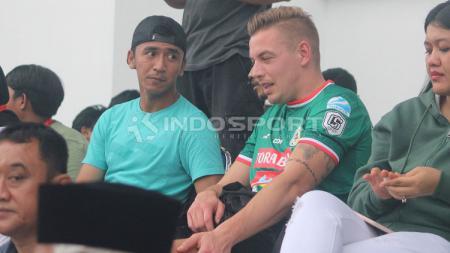 Netizen dihebohkan dengan ekspresi Kristian Adelmund setelah menanggapi penunjukan pelatih baru PSS Sleman. - INDOSPORT