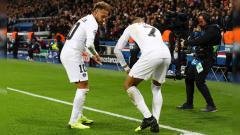 Indosport - Selebrasi Neymar (kiri) dan Kylian Mbappe (kanan) saat pertandingan PSG vs Liverpool di Liga Champions, Kamis (29/11/18).
