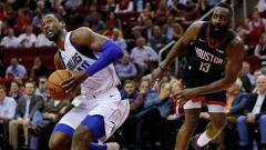 Indosport - Harrison Barnes dan James Harden di laga NBA Dallas Mavericks vs Houston Rockets.