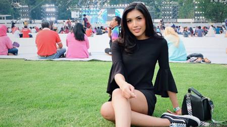 Model asal Indonesia yang bernama Millendaru atau Millen Cyrus membuat netizen media sosial Instagram gagal fokus saat dirinya tengah berpose anggun di air. - INDOSPORT