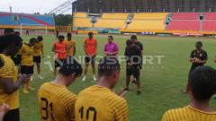 Indosport - Para pemain Sriwijaya FC saat sedang berdoa.