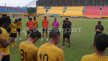 Para pemain Sriwijaya FC saat sedang berdoa. - INDOSPORT